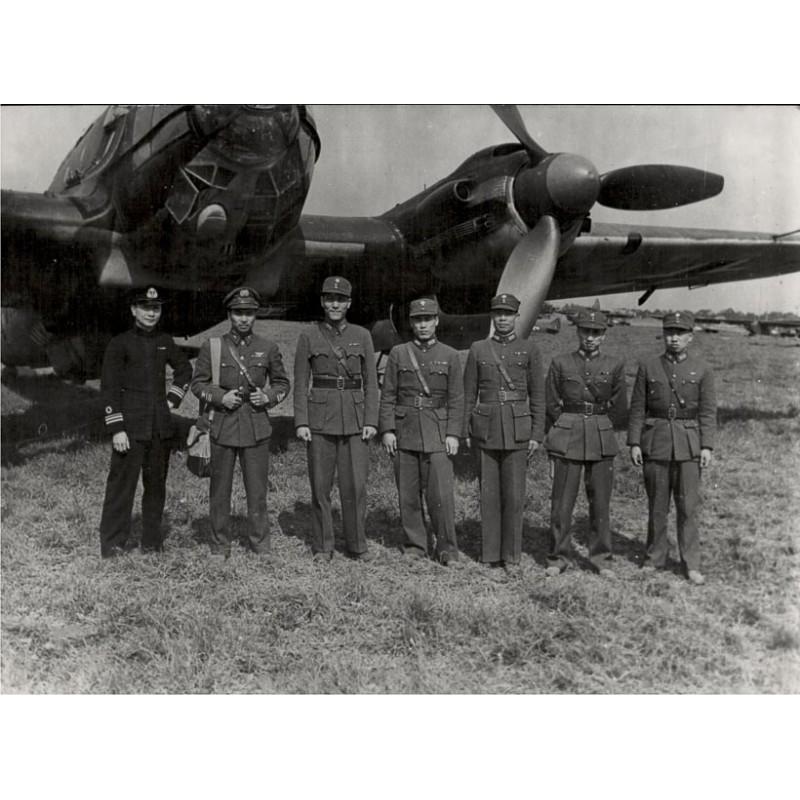 Armee- und Marineangehörige der Chiang Kai-shek Armee vor deutschem Flugzeug (1945)