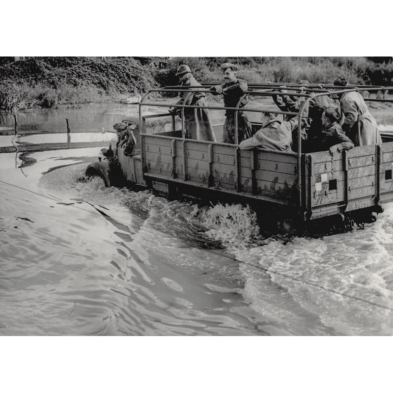 Invasion in der Normandie: Waterproof vehicles built for landing from invasion crafts at sea. Original Fotografie (1943)