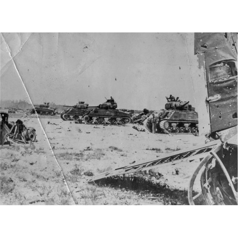 U.S. Marine Corps Tanks Take Japanese Airfield in Palau. Original Fotografie (1944).