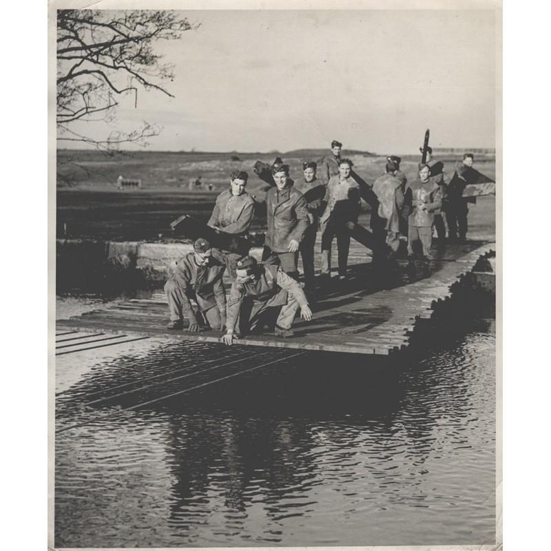 Invasion in der Normandie: Royal Engineers Train in the Construction of Bridges. Original Fotografie (1943)
