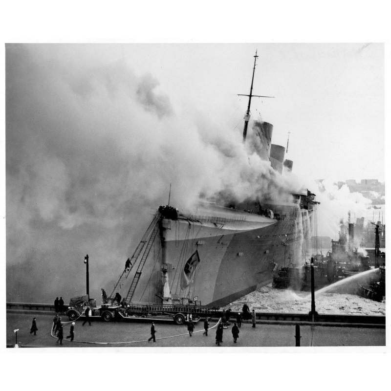 """Brand des Passagierschiffs """"Normandie"""" an der Pier 88 im Hafen von New York. Original Fotografie."""