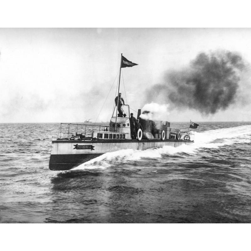 """Das erste Turbinenschiff der Welt: Die """"TURBINIA"""" in voller Fahrt. Original Fotografie."""