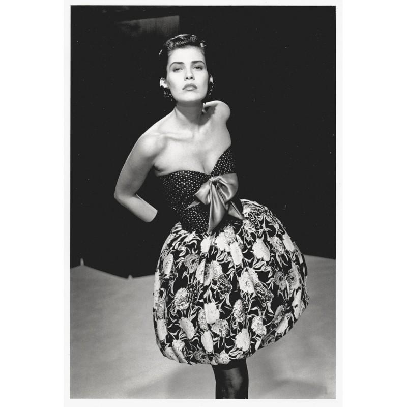 Mode-Fotografie - MARTINEAU, Guy: Robe bustier en jacquard de soie noir et blanc. Original-Fotografie (1987)