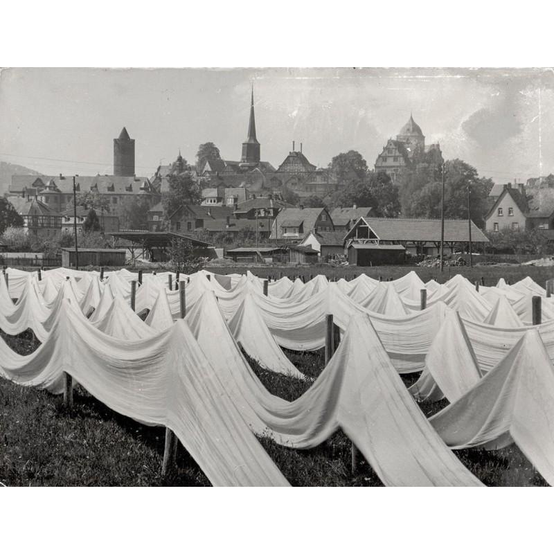 RETZLAFF, Erich: Schlitz in Hessen. Leinenstoff auf der Bleiche. Original-Fotografie (1950er Jahre)