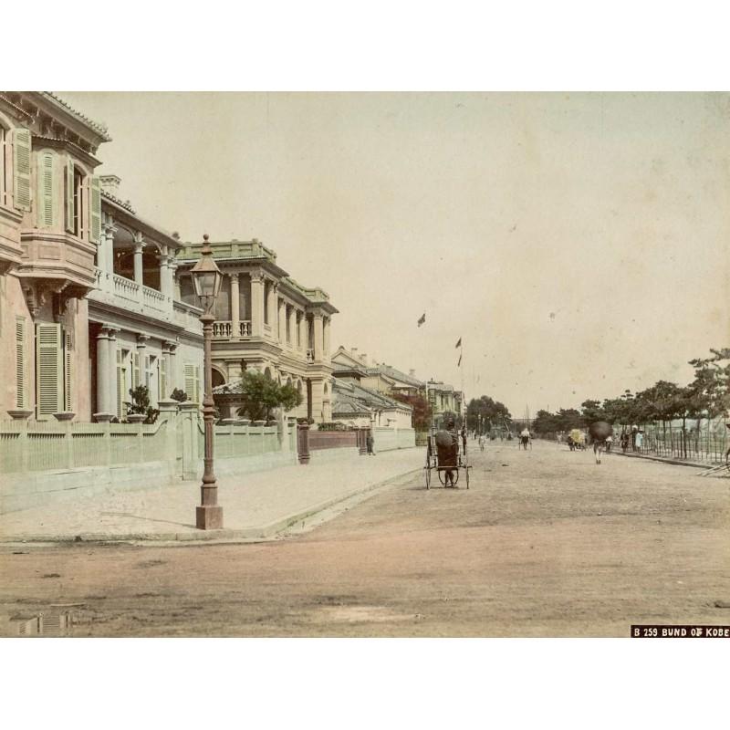 Japan - Anonym: Bund of Kobe. Strassenszene. Handcolorierter Albumin Abzug (ca. 1885).