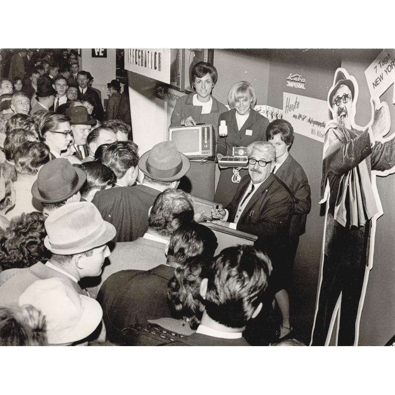 Willy Millowitsch am Stand der Fernsehgerätefirma Kuba Imperial (1960er Jahre)