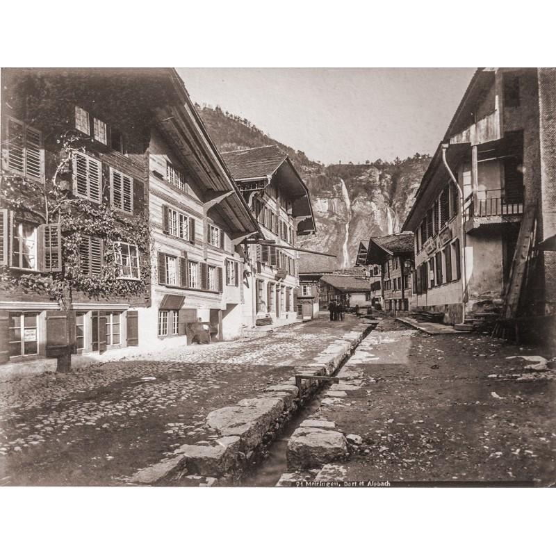 Dorfstrasse von MEIRINGEN mit dem Alpbach im Hintergrund. Original-Fotografie. Albumin-Abzug (ca. 1885).