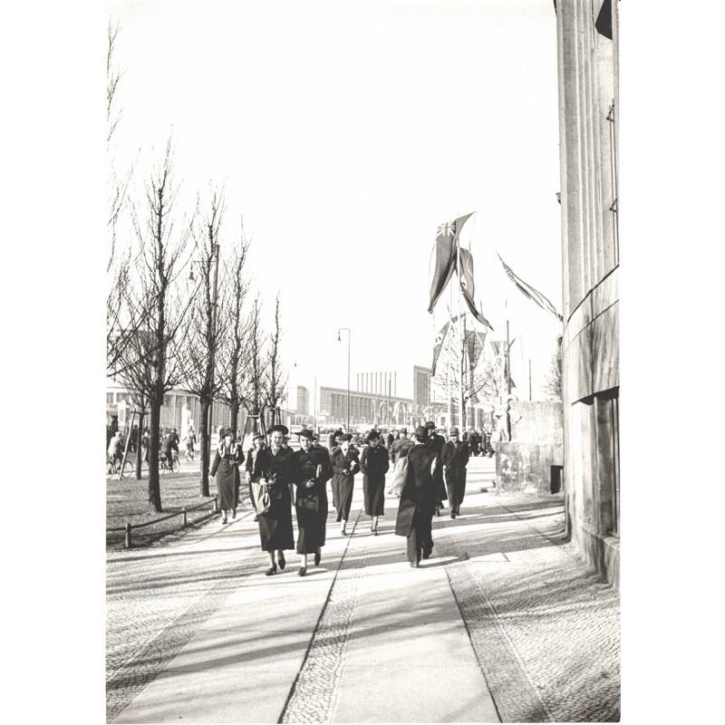 Passanten am Funkturm anlässlich der Automobil-Ausstellung Berlin 1939. Original Fotografie