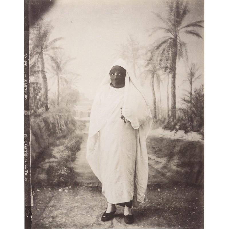 Tunesien - Ganzporträt einer Maurin. Original-Fotografie. Albumin-Abzug (ca. 1880)