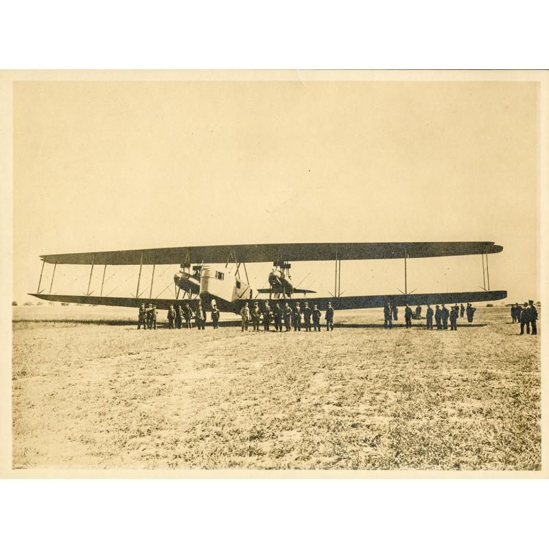Riesen-Doppeldecker mit Mannschaft und Besuchern. Original-Fotografie - Silbergelatine-Abzug, braun getont (ca. 1920).