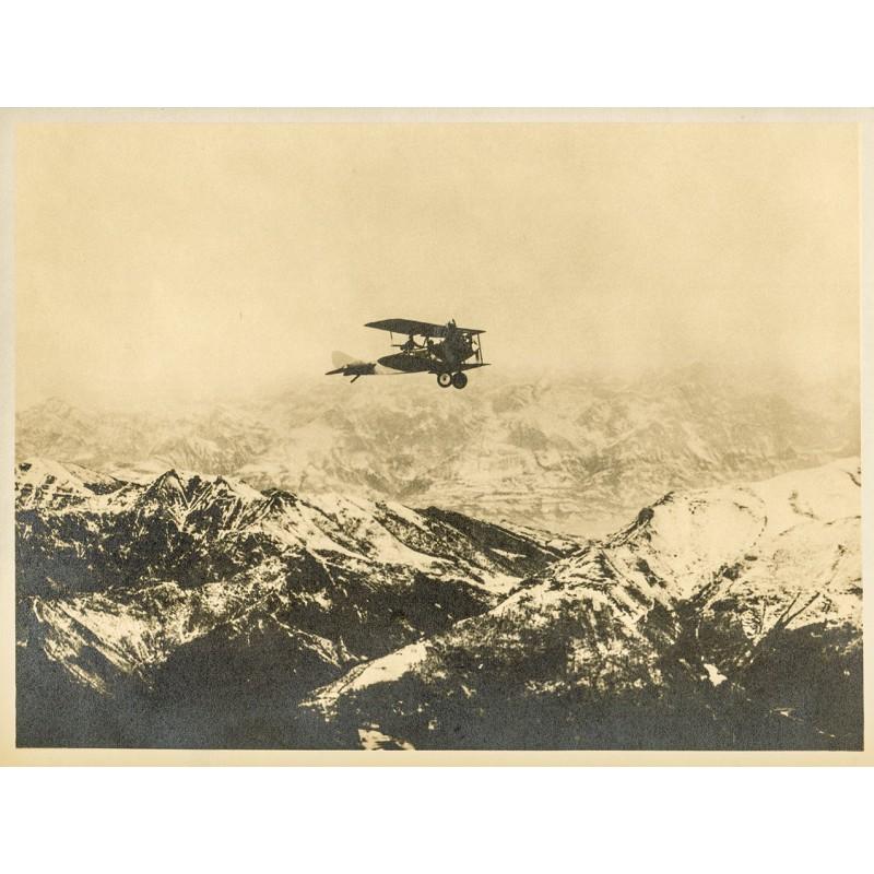 Doppeldecker über einsamer Bergwelt. Original-Fotografie - Silbergelatine-Abzug, braun getont (ca. 1920).