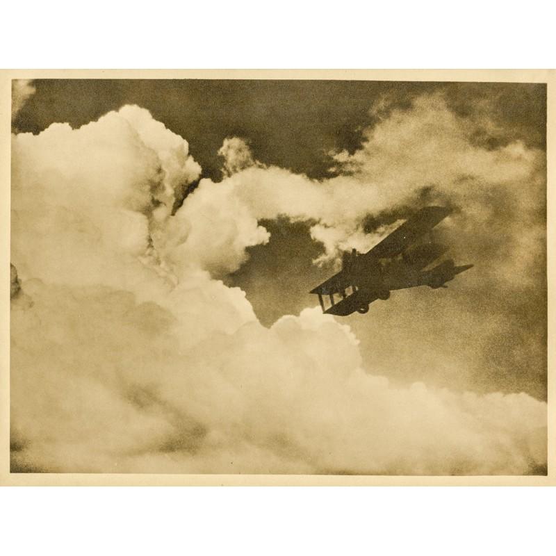 Doppeldecker vor Wolkenwand. Original-Fotografie - Silbergelatine-Abzug, braun getont (ca. 1920).
