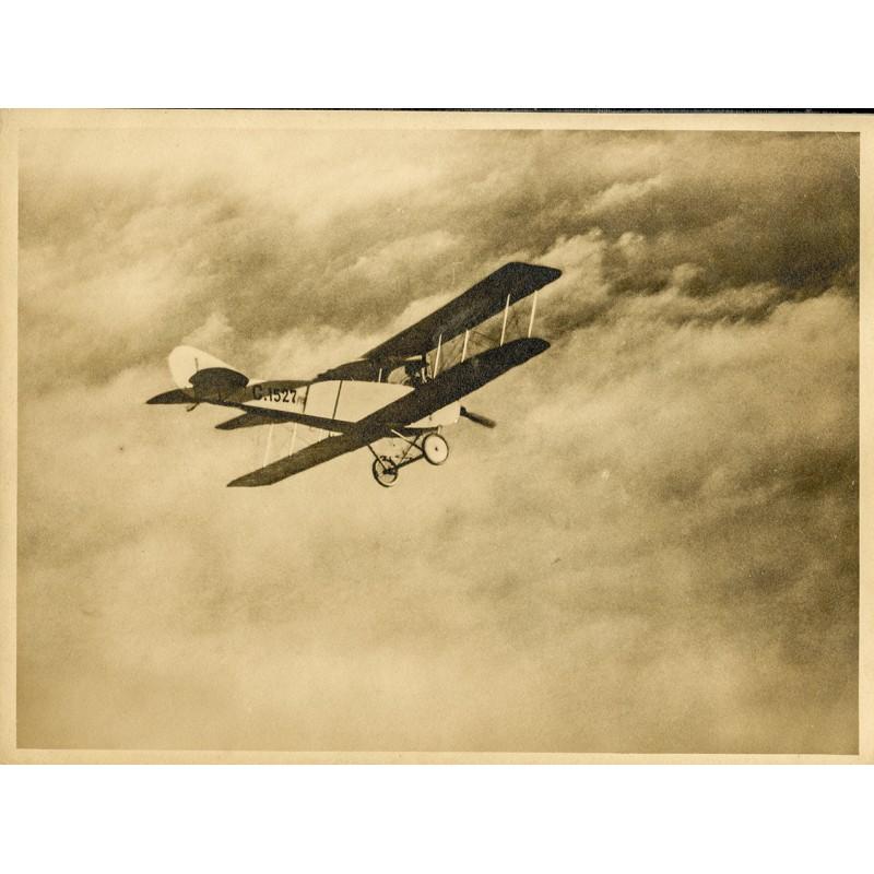 Kanadischer Doppeldecker im Aufstieg. Original-Fotografie - Silbergelatine-Abzug, braun getont (ca. 1920).