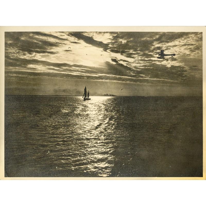 Wasserflugzeug (Eindecker) über dem Meer. Original-Fotografie - Silbergelatine-Abzug, braun getont (ca. 1920)