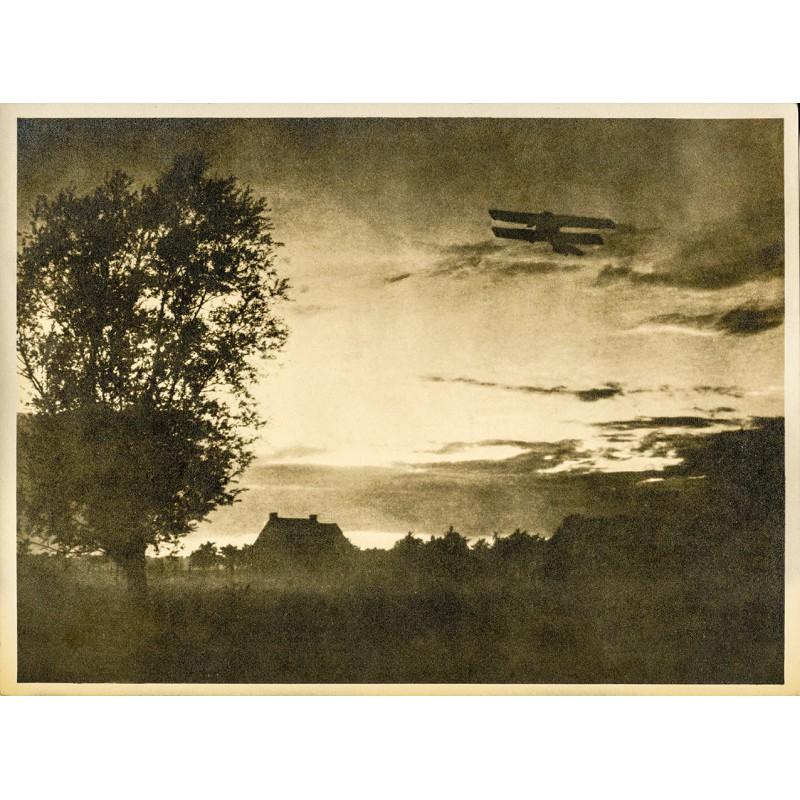 Doppeldecker steigt im Frühlicht auf. Original-Fotografie - Silbergelatine-Abzug, braun getont (um 1920).