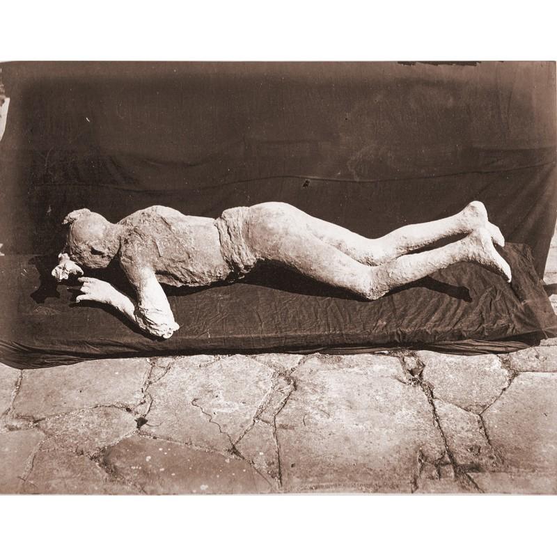 SOMMER, Giorgio: Pompei. Impronte umane (Abguss eines beim Vulkanausbruch getöteten Menschen). Albumin-Abzug (ca. 1885)