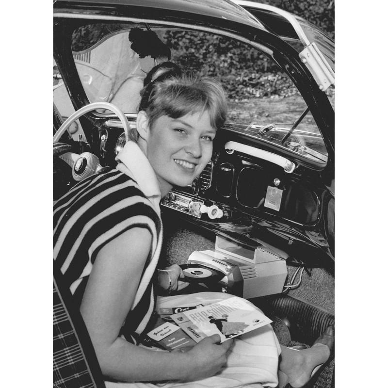 """Der erste Philips Plattenspieler für den VW Käfer: """"Auto Mignon"""". Original Fotografie (1959)"""