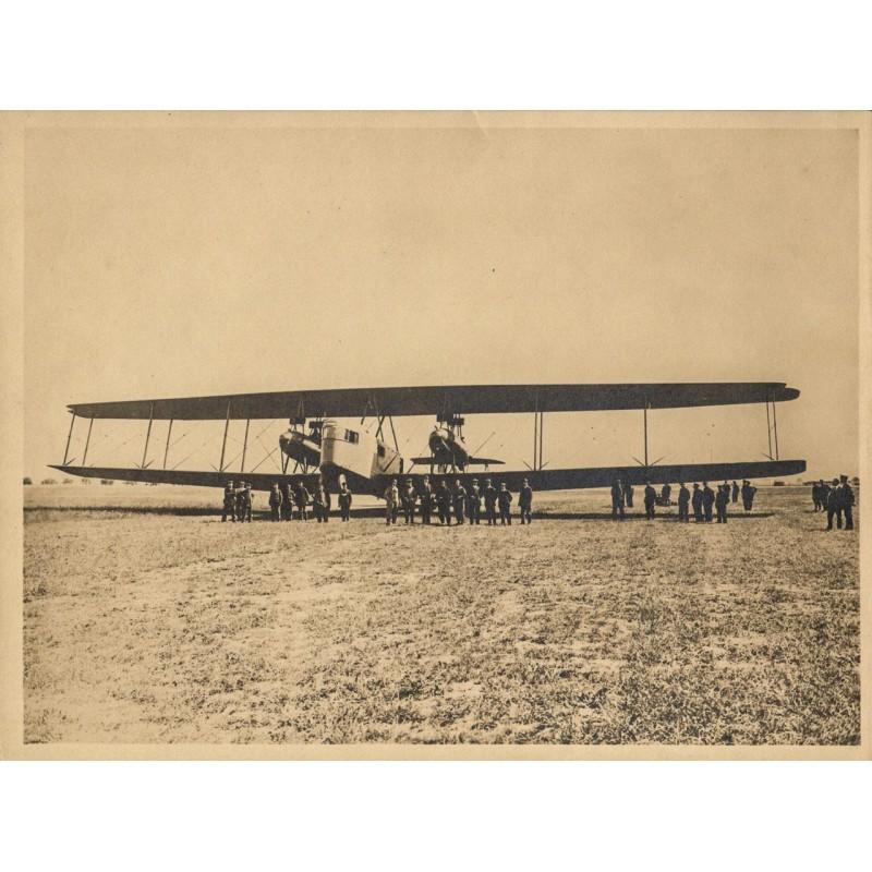 AVIATIK / FOTOKUNST: Anonym: Riesen-Doppeldecker mit Mannschaft und Besuchern (ca. 1920). Original-Fotografie.