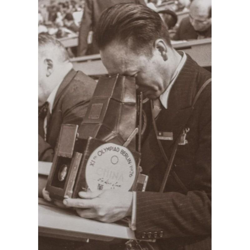 Schorer, Joseph: Olympiade Berlin 1936: Fotograf mit Grossformat-Kamera im Einsatz. Original-Fotografie.