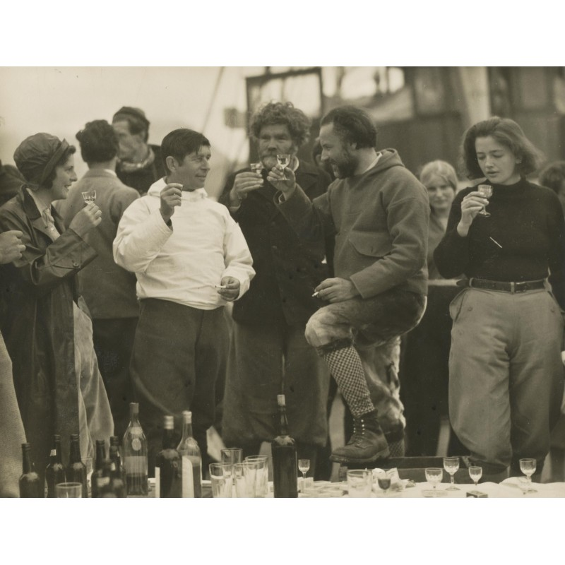 S.O.S. Eisberg Film - Vogel-Sandau: Knud Rasmussen gibt den Abschiedstrunk. Original-Fotografie (1932).